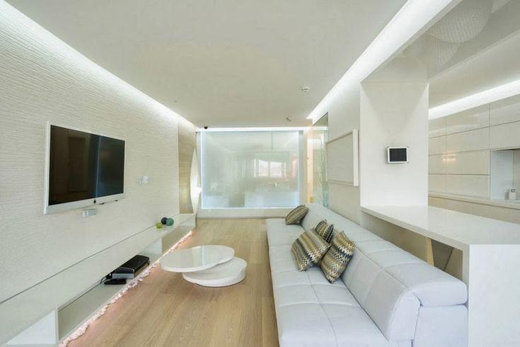 parquet flottant en bois clair dans le salon blanc minimaliste