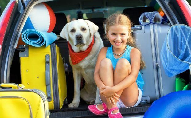 10 Tipps für stressfreie Autofahrten mit Kindern - Urlaub ist ja grundsätzlich eine feine Sache. Vor einem erholsamen Aufenthalt an schönen Orten ist es allerdings nötig, sich dorthin zu bewegen. Das kann man mit dem Flugzeug tun, man kann den Zug nehmen oder aber das Auto. Gerade, wenn ich mit meinen Kindern verreise, mag ich das Auto als Fo...