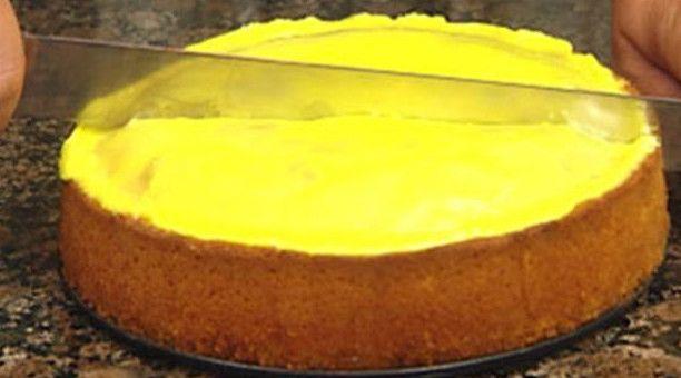 En klassisk citronmåne bagt med smør og marcipan. Den smager fantastisk surt og sødt - rigtig mormor-mad. Mette Blomsterbergs opskrift er et sikkert hit.