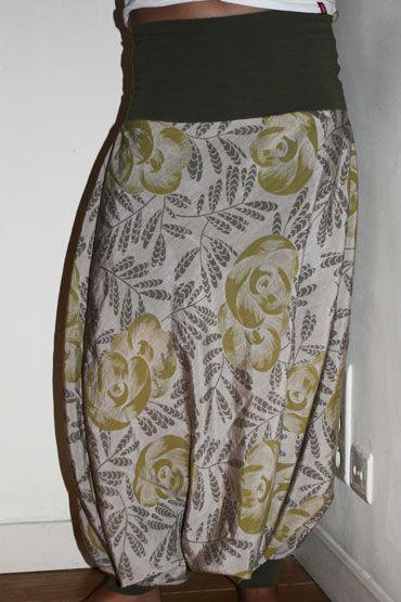 Un sarouel vraiment facile à réaliser, idéal pour débuter en couture et être satisfait du résultat. Difficulté : débutant. Durée : environ une heure. Tissu : jersey + coton / soie. Patron pour homme, femme et enfant.