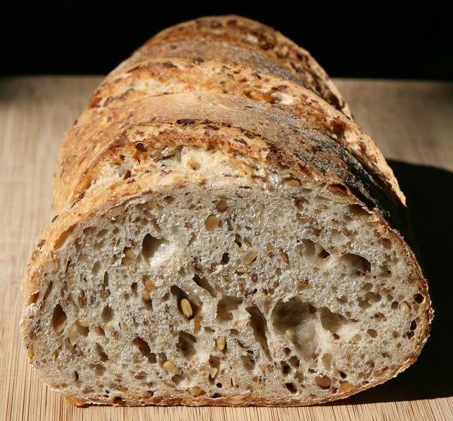 Этот хлеб, без вопросов, становится моим стандартом в классе зерновых хлебов. Я думал что за осень испеку штук пять разных, а теперь как бы и непонятно - зачем.…