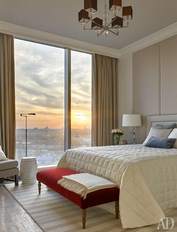 """Спальня. Кровать и стеновые панели выполнены на заказ компанией """"Мебель Форт"""". Люстра и настольные лампы, Vaughan. Банкетка, Marie's Corner. Керамический бочонок, Asiatides."""