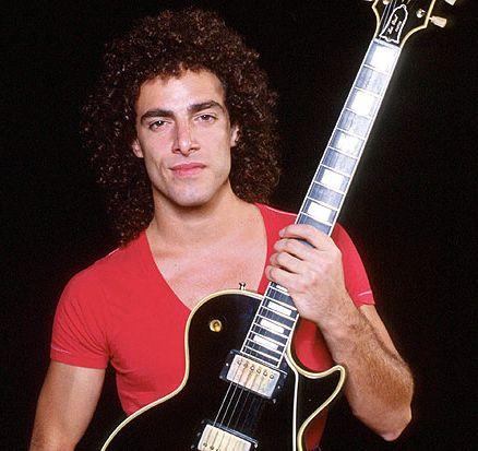 *Guitar player: Neal Schon. *Guitar Model: Gibson Les Paul Custom Black Beauty. *Colour: Black.