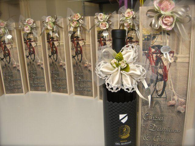 Bomboniere Enogastronomiche :bottiglia di vino pregiato in astuccio di legno con stampa immagine personalizzata su coperchio  - da SERENDIPITY Castel Goffredo ( Mn)