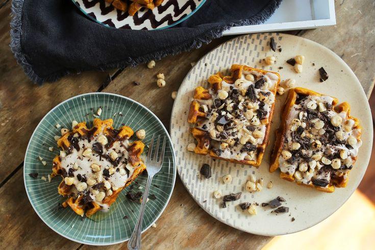 Egyszerűen nem tudjuk megunni a sütőtökös édességeket! :D Reméljük ti sem, mert ez a gofri is eszméletlen finom lett! Ha valami ütőset szeretnétek reggelizni, vagy ebéd után egy extra desszertre vágytok, akkor készítsétek el ezt a sütőtökös gofrit és kenjétek meg jó sok fahéjas-mascarponés krémmel!