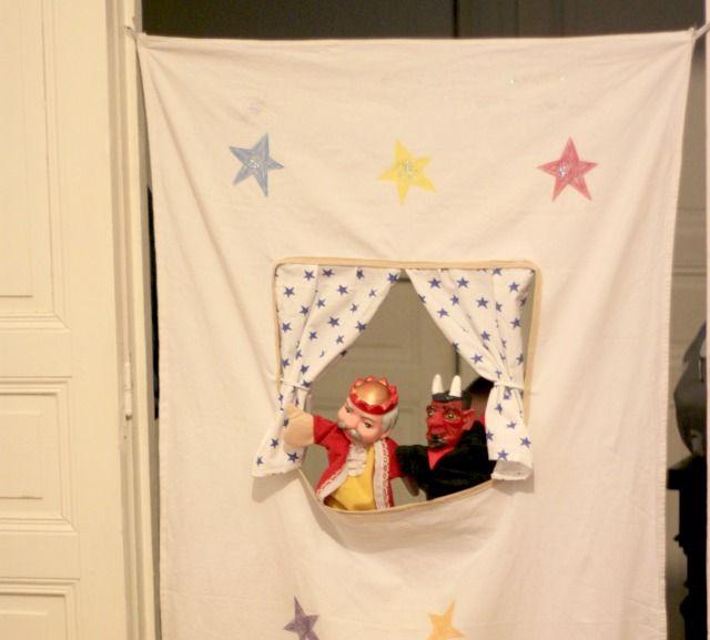 DIY #15 : Théâtre de marionnettes en tissu. Voici 1 tuto simple pour réaliser un petit théâtre de marionnettes pour enfants, à fixer sur toutes les portes !