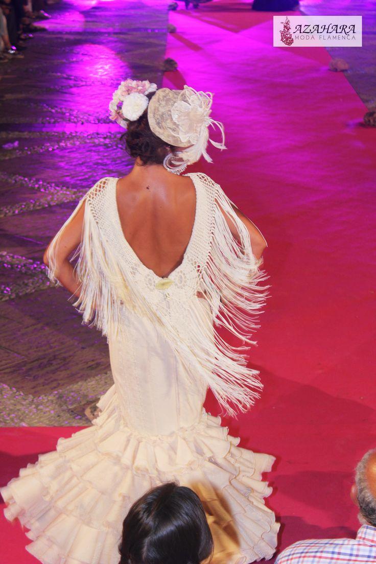 #trajesdeflamenca #azaharamodaflamenca #nocheviva2016 #desfile #pasarela #modelos #trajesdeflamencablancos #flecos #tocado #fuengirola