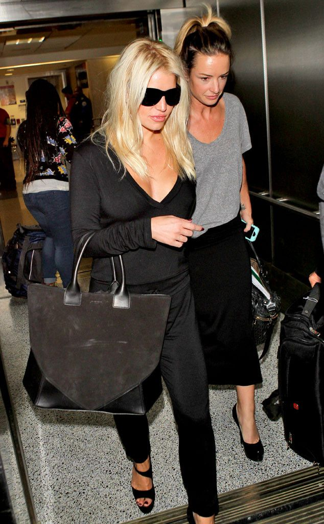 Jessica Simpson Accidentally Flashes Hair Extensions at LAX?But Her Body Still Looks Amazing!