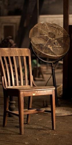 #marron #brown Color Malibu. Ron de coco Malibu. brown chair and a fan