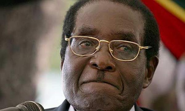 Le présidentcontroversédu Zimbabwe, Robert Mugabe, fait l'objetd'une savoureuse polémiquesur les réseaux sociaux. De manière régulière, certainsmédiaset page Facebooklui attribuent des propos.Fausses ou vraies, ces citations parfois insultantes ne manquent pas d'enflammerla toile. Nous avonssélectionnépour vous, les meilleurs citationsattribuéesà ceChef d'État très atypique. 1 – Un journaliste lui demande: Quand comptez-vous dire au-revoir à votre peuple