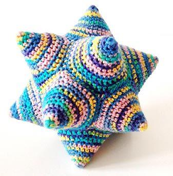 Hæklet stjernebold som er supernem at lave. Denne opskrift viser desuden hvordan man monterer de femkantede moduler. Formen kaldes også for en dodecahedron, en fantastisk geometrisk figur.