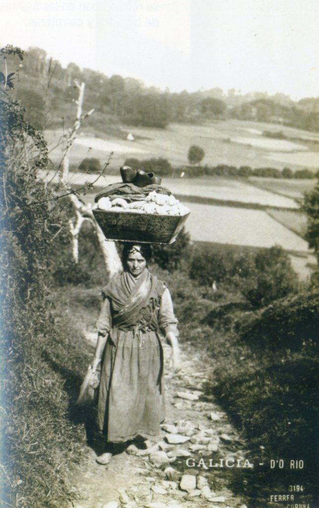 Año 1920,regresando de lavar del rio.  Que trabajo por Dios!!!