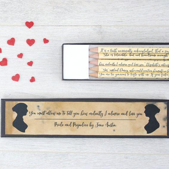 Set de lápiz personalizado. Un regalo para los fanáticos de Jane Austen. Personalizado orgullo y prejuicio citar lápiz conjunto. El mejor regalo que puede dar alguien que amaba a Darcy y Elizabeth. Elegir tu propio texto personalizado para la caja de lápices.  ************** INCLUIR en notas a vendedor: Personalizado texto para su caja de regalo  **************  Este conjunto de cinco lápices tiene una cita tomada de la novela de Austen orgullo y prejuicio. Cada lápiz cuenta la historia de…