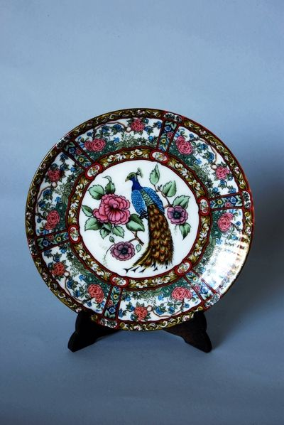 Bonito plato de cerámica Macao. Motivo central de faisán rodeado por una greca de flores. Kitsch Madrid.