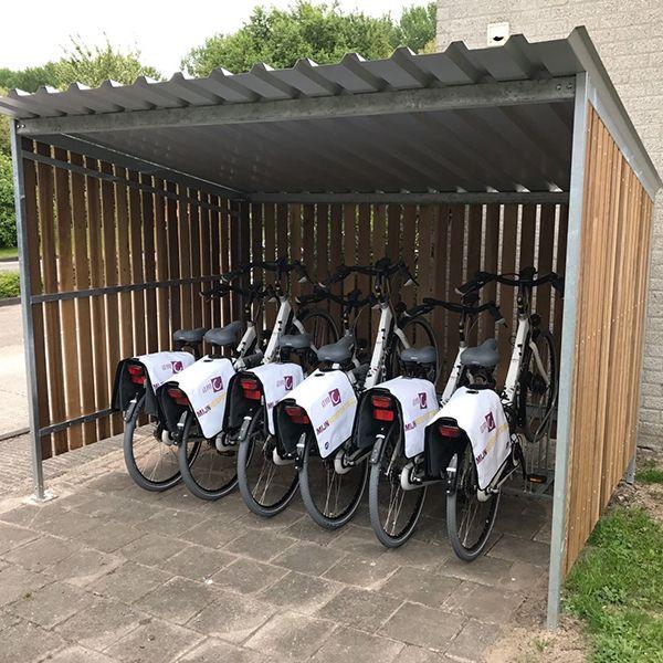 Voor een project van Mobilys, specialist in zakelijke mobiliteit, hebben we bij het AMC een overkapping voor 6 e-bikes geplaatst. De fietsenrekken zijn op maat aangepast, zodat de e-bikes opgeladen kunnen worden.