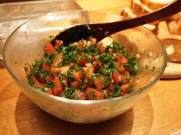 パセリが主役の中近東の美肌サラダ。材料を切ってどんどん器に入れて混ぜるだけ。そばの実、キヌアはなくてもOK。