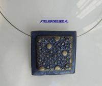 spang met polymeerklei, blauw en goudkleurig, vierkant
