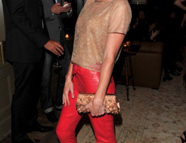Rote Hosen liegen voll im Trend - vor allem die rote Lederhose hat sich zum absoluten Must Have gemausert. Wir zeigen Euch...