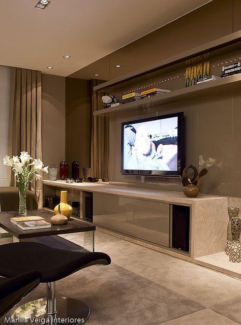 Uma decoração de sala de TV não envolve muitos mistérios, mas precisa ser planejada com atenção a alguns detalhes, para que o espaço fique cheio de confort