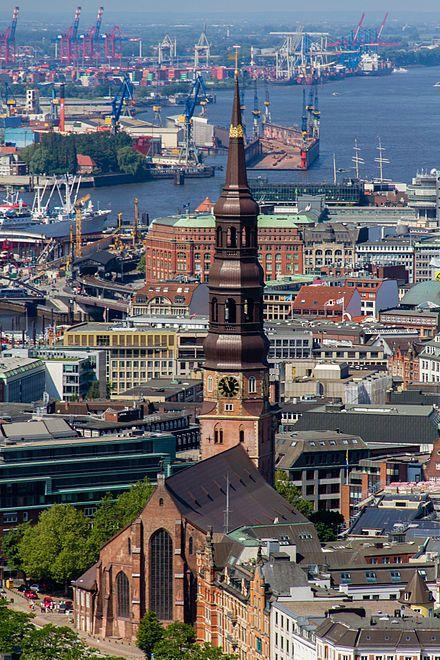 Hauptkirche Sankt Katharinen (Hamburg) – Der 1657 errichtete barocke Turmhelm mit mehreren Stufen trägt die Krone der heiligen Katharina. Sie wurde von Hermann Rentzel gestiftet und der Sage nach aus dem Goldschatz Klaus Störtebekers hergestellt.
