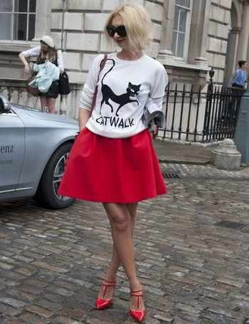 """Un look digno de """"catwalk""""... Sudadera blanca estampada, mini acampanada y sandalias rojas."""