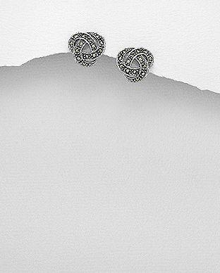 Flot Øreringe i sterling sølv og Marcasite med keltiske knude! Disse smukke ørestikker i stilrent Celtic design vil fremhæve dine øjne, og gøre dit udseende elegant, klassisk , romantisk og alt hvad du har lyst til. Øreringerne passer perfekt til brude og konfirmander.