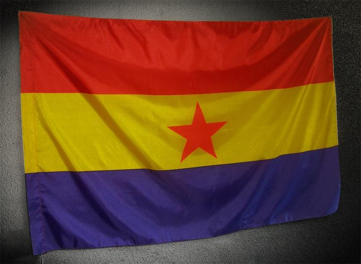 Bandera Republicana Estrella Roja (Tamaño Grande)  Bandera Republicana Estrella Roja (Tamaño Grande) -  Bandera de la República Española con la Estrella Roja de cinco puntas, símbolo de la Revolución, en la Segunda República fue adoptada por el Movimiento Comunista. De calidad media,  en un tamaño mas grande. Dimensiones de esta bandera: 1,42m x 96cm.