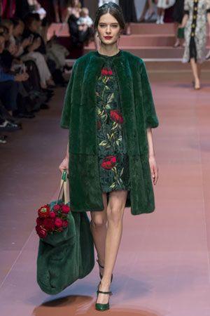 Модная зеленая шуба с меховой модной сумкой осень-зима 2015-2016 и меховым…