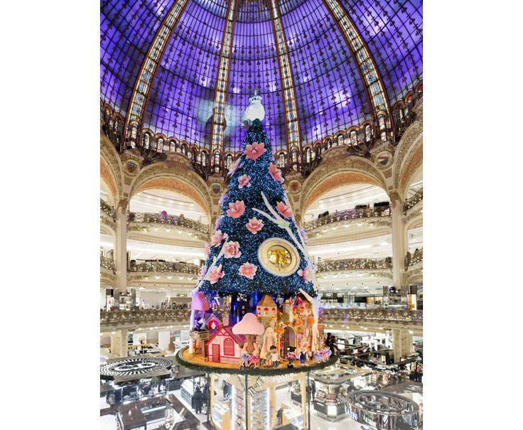 Les Galeries Lafayette Haussmann http://www.vogue.fr/culture/a-voir/diaporama/leche-vitrine-de-noel-vitrines-de-noel-galerie-lafayette-grand-magasin-printemps-haussmann-sapin-prada-vitrines-barney-s-bergdorf-christmas-windows/16665/image/889949#!6