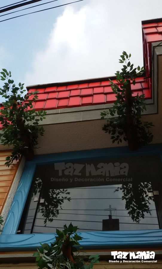 La idea del proyecto fue recrear una gran casa en el árbol a la fachada exterior del Jardín infantil Summer Hill - Bucaramanga.  Dimensiones fachada exterior 15mts x 8mts, elementos decorativos fachada externa y decoración interna Arboles fue un diseño realizado y tallado en icopor de alta densidad, en proceso de cubrimiento duro y acabado acrílico, impermeabilizado para exteriores.