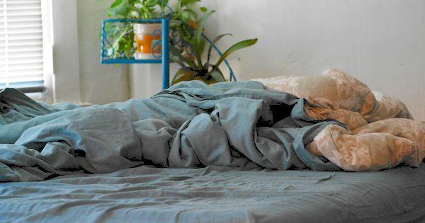 Richtig! Für eine gesunde Betthygiene ist es oft besser, das Bett unordentlich zu hinterlassen. Erfahre hier, warum dem so ist und was noch zu beachten ist!