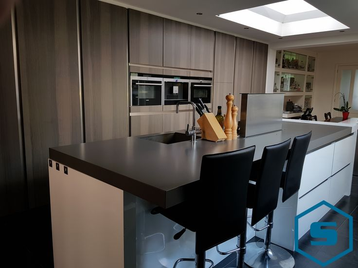 Deze ruime moderne keuken is voorzien van pitt cooking en een bakplaat. Daarnaast zijn de kastjes voorzien van Shinnoki panelen, waarin de oven en koffieautomaat zijn ingebouwd. Ook leuk is het bargedeelte, waar je kunt natafelen of 's ochtends een krantje kunt lezen. - Stabilo Interieurbouw #keuken #interieur