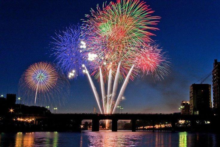 岡崎の夏といえばやっぱり花火!岡崎の花火大会は、江戸時代から情緒豊かな鉾船を浮かべた花火まつりとして広く知られていた、菅生神社の祭礼が元となっています。今日では、岡崎観光夏まつりと相まって、三河花火の粋を集めた全国屈指の花火大会となりました。仕掛け花火、百花園コンクール、金魚花火、各種スターマインなど、バラエティに富んだ花火が楽しめます。