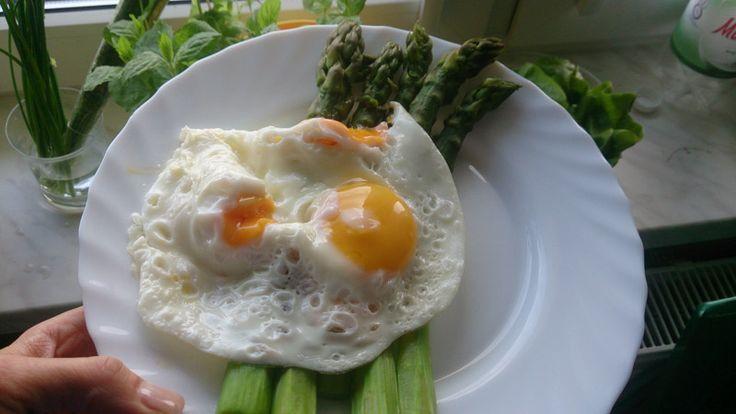 Szparagi, jaja sadzone, masło, sałatka: sałata, ogórek, pomidor, szczypior, oliwa, sól. Do tego sok z pietruszki, cytryn i mięty.