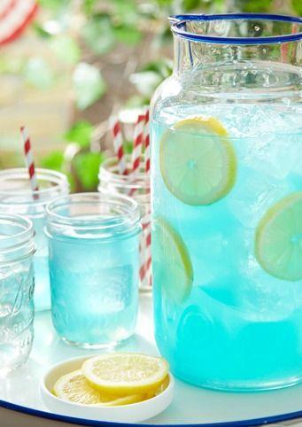 Kook 100 ml water met 50 gr suiker tot een siroop. Laat de siroop afkoelen. Meng de siroop met 500 ml water en 200 ml vers citroensap. Voeg uiteindelijk blauwe of roze kleurstof toe.   #lemonade #babyshower