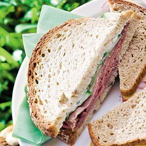 Recept - Rosbiefsandwich met mierikswortelsaus en komkommer - Allerhande