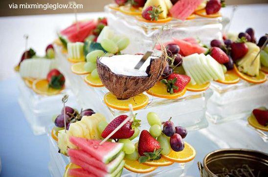 Che idea strepitosa, quella di Mix Mingle Glow: un buonissimo e coloratissimo buffet a base di frutta fresca, per una festa in giardino o in spiaggia. Un bel modo per festeggiare in modo sano, anche per i bimbi. Perchè i bimbi amano la frutta, se proposta in modo divertente e colorato! Con la frutta estiva sarà un successone: melone, anguria, pesche, cocco, ananas. Ma anche fragole e mirtilli, more, chicchi d'uva (solo per i bimbi grandi).E magari qualche pallina di gelato al limone, per…