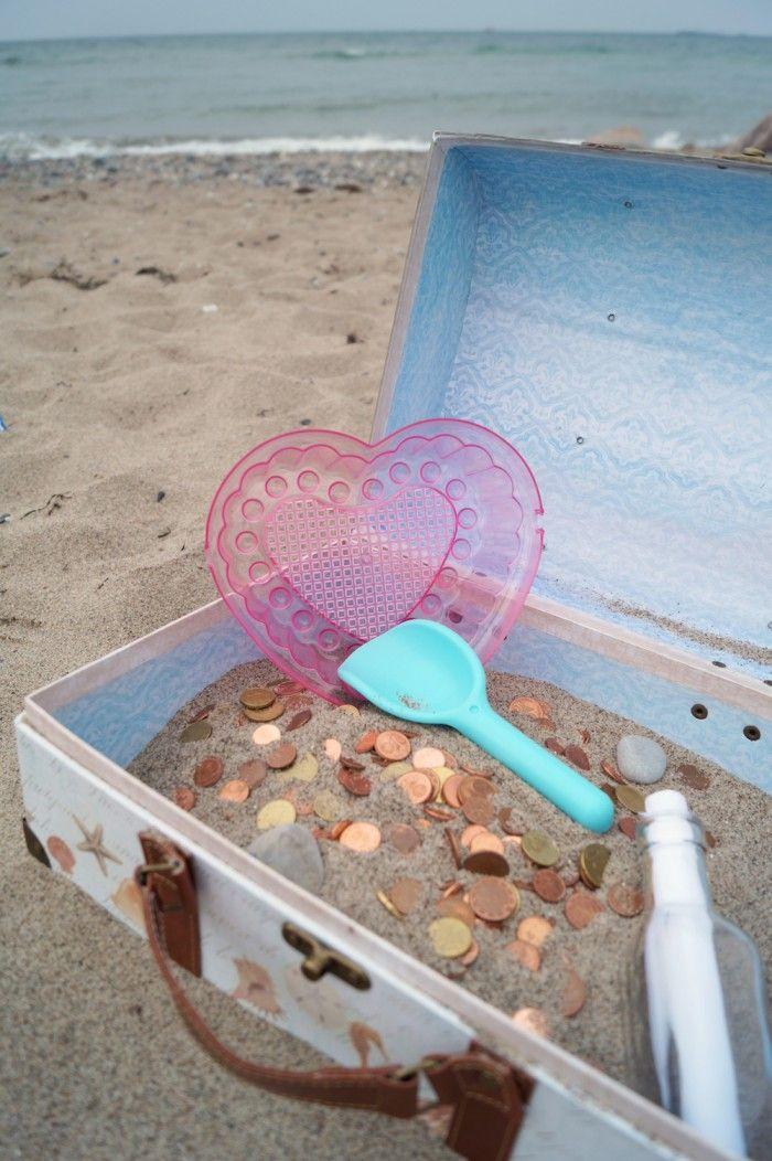 Bei der Schatztruhe muss das Hochzeitspaar auch noch ein bisschen Arbeit leisten ;-) Süßes Extra: Die Flaschenpost für die Glückwünsche!