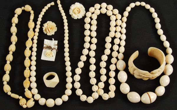 Ivory Jewelry Jewellery that is made from the tusk of an elephant is called ivory jewellery.