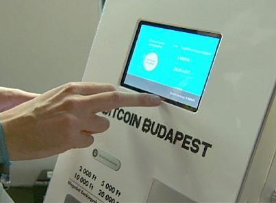 Bitcoin, la criptovaluta più famosa del mondo è sbarcata anche in Ungheria. Nel cuore della capitale Budapest, per la precisione, dove questo lunedì è stato inaugurato il primo distributore del Paese. Come funziona?  Si passa lo smartphone sotto lo scanner, si inseriscono i propri fiorini, ed ecco che la macchina ci accredita i nostri primi soldi virtuali.