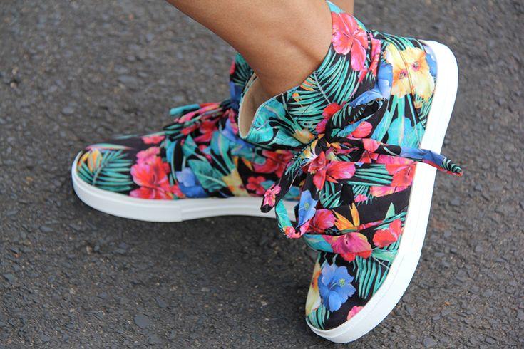 Quer deixar qualquer look básico fashion e jovial? Este tênis botinha florido da Petite Jolie é um dos meus calçados favoritos. Além de ser muito confortável, é hiper estiloso!