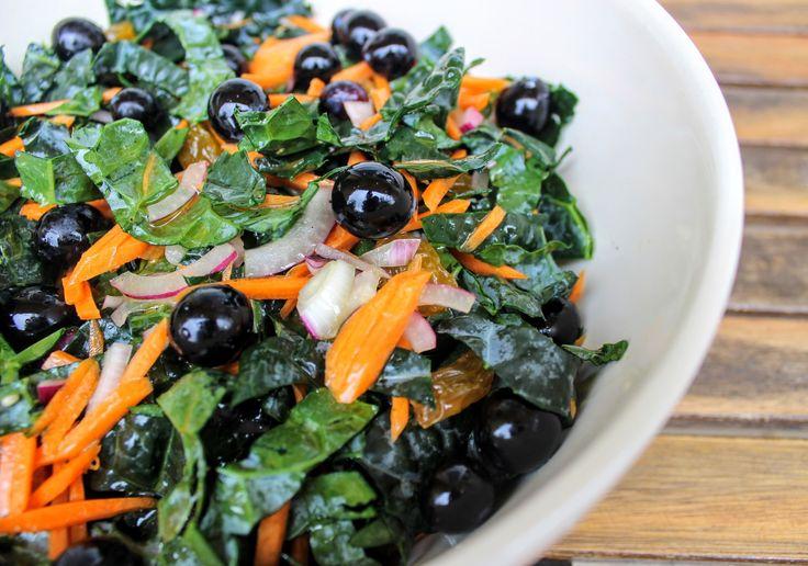 Friss fodros kel levél adja az alapját ennek a salátának, de bármilyen szezonális zöldsalátából elkészítheted. Fodros kel, répa, áfonya édeskés mézes-almaecetes öntettel