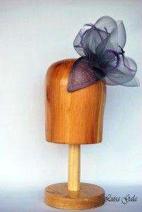 Lagrima de sinamay lila con adorno de crim gris Luisa Gala