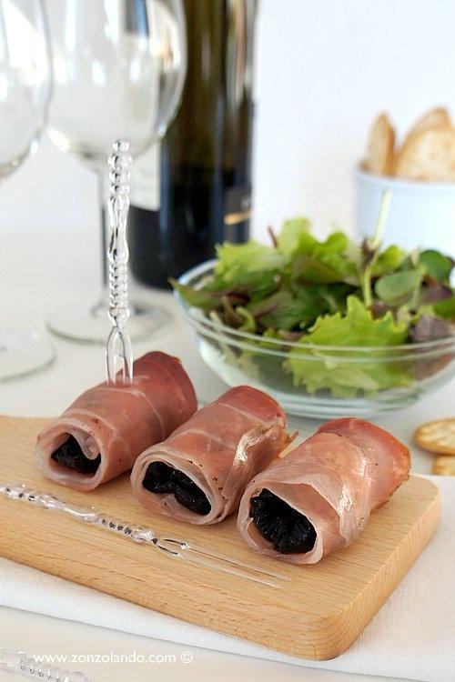 Involtini di speck con prugne secche e gorgonzola - Smoked ham rolls with dried plums and gorgonzola cheese | From Zonzolando.com