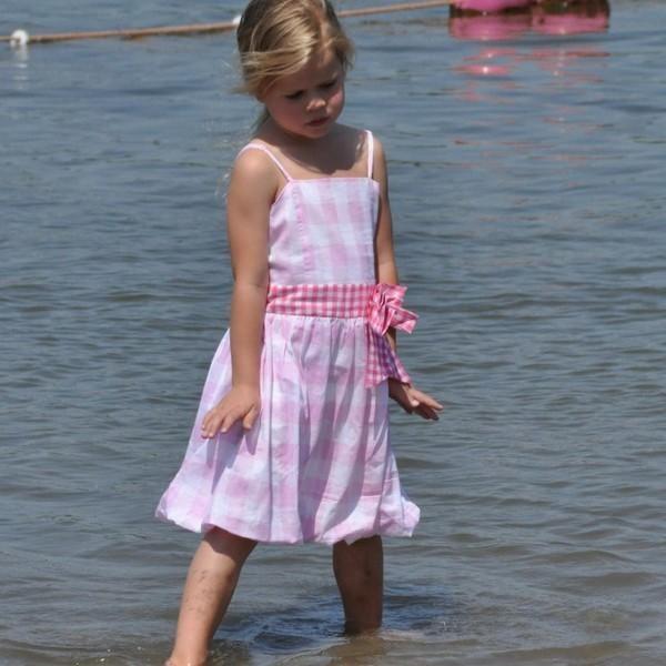 "LoFff meisjeskleding !  Uit de LoFff zomercollectie ""Below the surface of the Ocean"".  Lief zomerjurkje in een blok van roze/wit.    -ballon jurk  -mouwloos, verstelbare spaghetti schouderbandjes  -ritssluiting  -100% katoen  -opgestikte tailleband met strik  -wasvoorschrift: 40 graden"