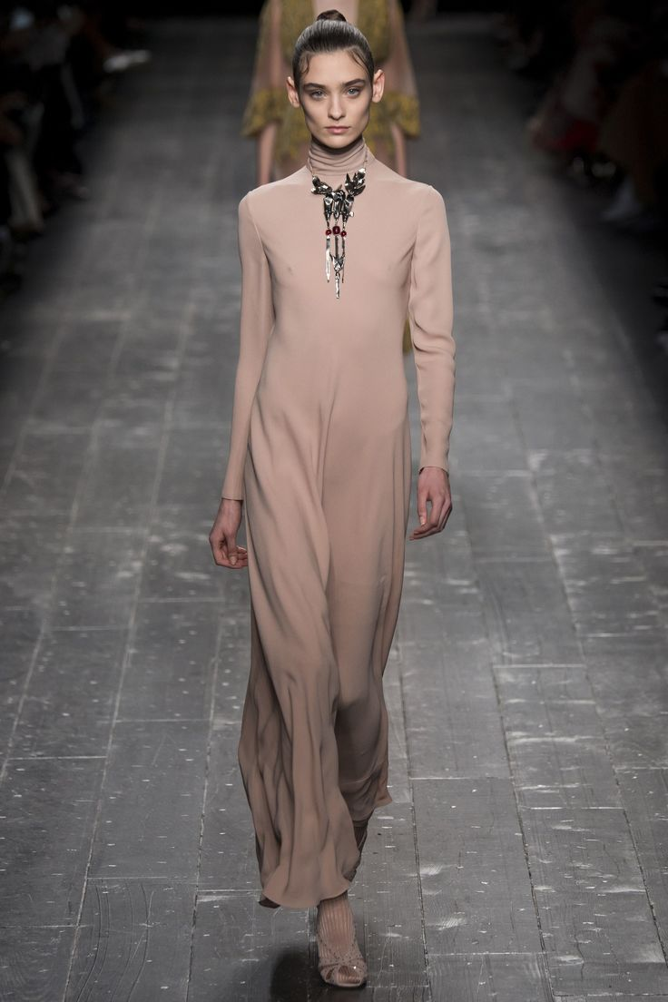 Valentino Fall 2016 Ready-to-Wear Fashion Show - Carolina Thaler