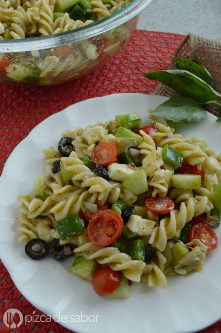 Una ensalada italiana de pasta con mucho sabor y llena de vegetales. Muy fácil de preparar y deliciosa, te va a encantar.