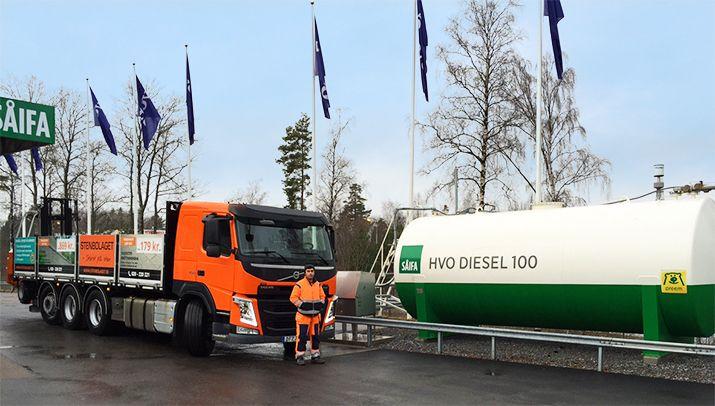 Nu har vi 100% förnybart bränsle i våra lastbilar! Under 2016 beräknas vi bespara ca. 400 ton fossil koldioxid! HVO diesel 100 från Preem görs på slaktavfall.
