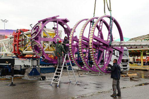 Stuttgarter Volksfest-Zeit: Auf dem Cannstatter Wasen werden die Fahrgeschäfte aufgebaut. Foto: www.7aktuell.de http://www.stuttgarter-zeitung.de/inhalt.cannstatter-volksfest-achterbahn-und-wilde-maus-sind-schon-da.b117ffd8-cae1-492b-b6f9-67c12c5413ca.html