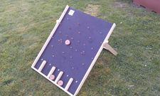 Le fakir : Dimensions : plateau de +/- 60 cm sur 60 cm. Nombre de joueurs : 1 à 4 joueurs. But du jeu : Faire glisser des palets le long d'un plan incliné parsemé de « clous », en visant les compartiments rapportant un maximum de points.
